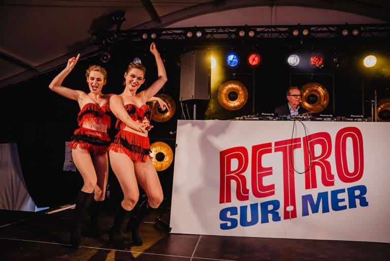 TheRetronettes-RetroSurMer_Wenduine-Festival-Retro-Fifties-DJ-Stage-MorganeBall-2019